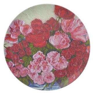 Rosas rojos y placa rosada de los Peonies Platos De Comidas