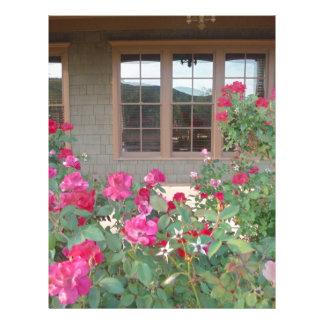 Rosas rojos y una reflexión del Mts en ventanas Plantilla De Membrete