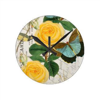 Rosas románticos amarillos reloj redondo mediano