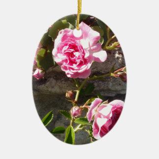 Rosas rosados adorno navideño ovalado de cerámica