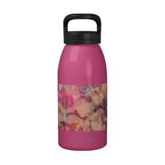 Rosas rosados bonitos del cordón botellas de beber