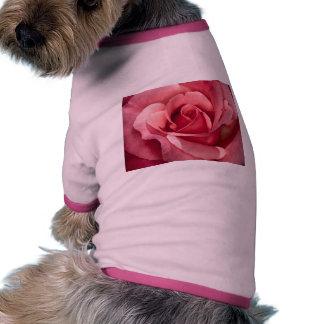 Rosas rosados camiseta con mangas para perro