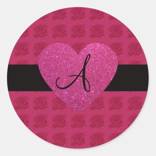 Rosas rosados del monograma del corazón pegatina redonda