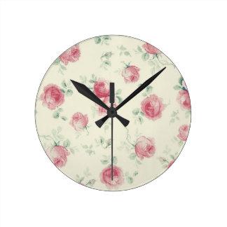 Rosas rosados del vintage reloj redondo mediano