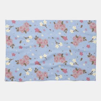 Rosas rosados elegantes lamentables en fondo de lo toallas de mano