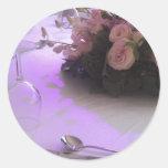 rosas rosados en la tabla de cena etiqueta