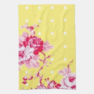 Rosas rosados en la toalla de cocina amarilla