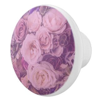 Rosas rosados femeninos bonitos del vintage pomo de cerámica