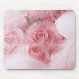 Rosas rosados femeninos y cojín de ratón de las alfombrillas de raton