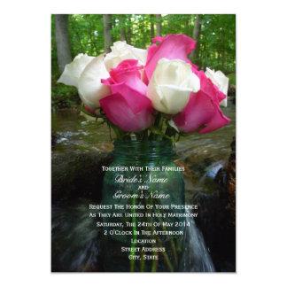 Rosas rosados y blancos en tarro de albañil en la invitacion personalizada