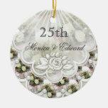 Rosas y 25to ornamento del aniversario de boda de  ornamente de reyes