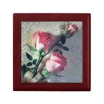 Rosas y caja de regalo rosados del cordón