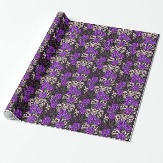 Rosas y cráneos púrpuras papel de regalo