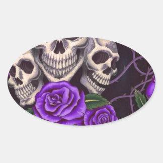 Rosas y cráneos púrpuras calcomanía ovalada