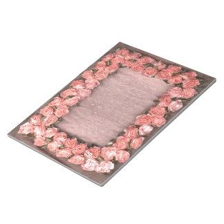 Rosas y hojas de la cinta en el marco Notep de la  Blocs