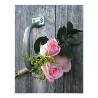 Rosas y invitación rosados del boda de Barnwood