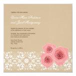 Rosas y invitación rosados del boda del cordón del
