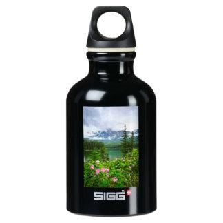Rosas y lago salvajes de la montaña en jaspe botella de agua