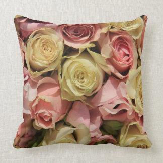 Rosas y lathyrus por la rosaleda cojín