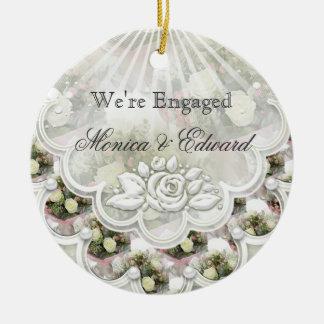 Rosas y ornamento de la invitación del compromiso  ornamento de navidad