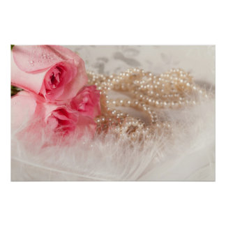 Rosas y perlas con el poster de las plumas