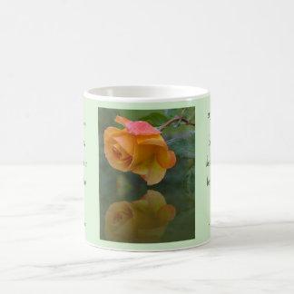 Rosas y taza inspirada de las espinas
