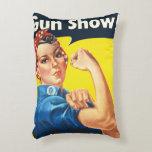 Rosie el remachador: ¡Demostración de arma! Cojín Decorativo