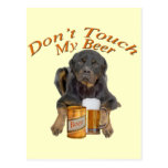 Rottweiler comparte una cerveza tarjetas postales
