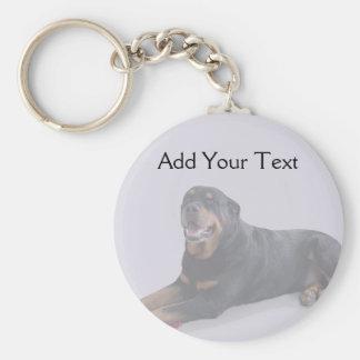 Rottweiler descolorado que coloca en gris llavero personalizado