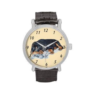 rottweiler lindo del perrito con arte gris del oso reloj