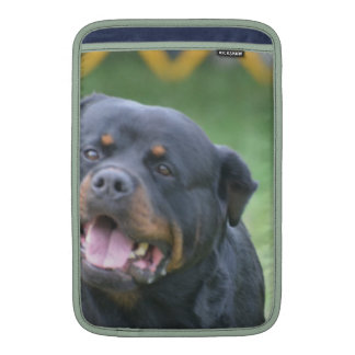 Rottweiler sonriente fundas para macbook air