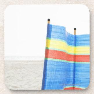 Rotura del viento en la playa posavasos de bebida