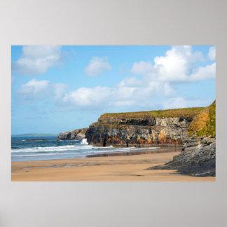 rotura hermosa de las ondas en la playa póster
