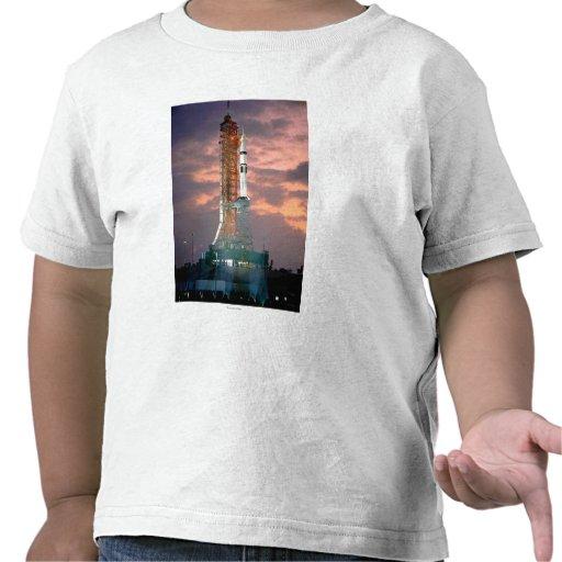 Roturas del amanecer detrás de ASTP Saturn IB CDDT Camisetas
