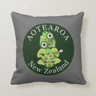 Roundel Aotearoa Hei Tiki with green ukulele Throw Pillow