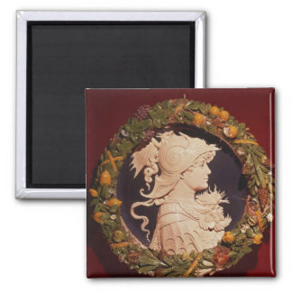 Roundel bearing a profile portrait magnet