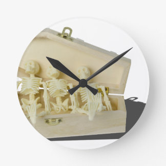 RowofSkeletonsCoffin070515 Reloj Redondo Mediano