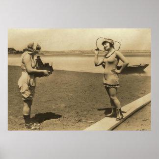 Roxy McGowan y Maria Thurman en bañadores Póster