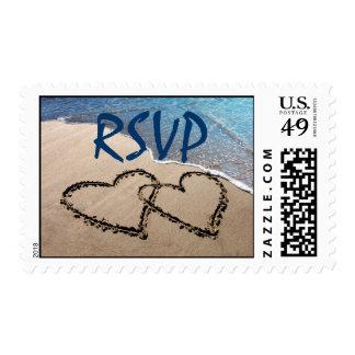 RSVP dos corazones en los sellos de la playa de la