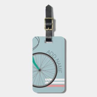 Rueda de bicicleta del inconformista con nombre de etiquetas para maletas