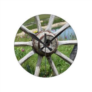 Rueda de carro de madera vieja reloj redondo mediano