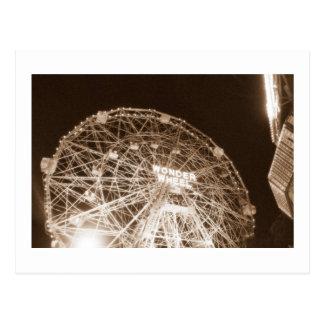 Rueda de la maravilla en la postal de la noche (Co
