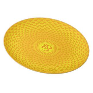 Rueda de oro amarilla OM de la meditación de la fl Platos