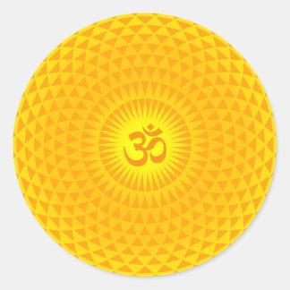 Rueda de oro amarilla OM de la meditación de la Etiqueta Redonda