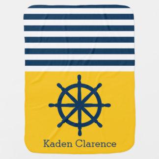 Rueda náutica de la nave con amarillo y rayas de mantas de bebé