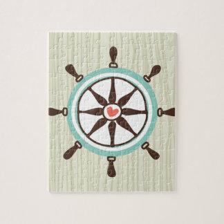Rueda náutica de la nave con el fondo de madera rompecabeza