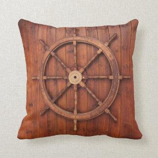 Rueda náutica del timón de las naves en la almohada