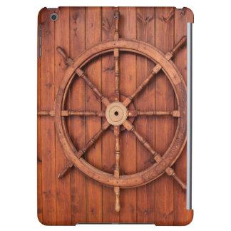 Rueda náutica del timón de las naves en la pared