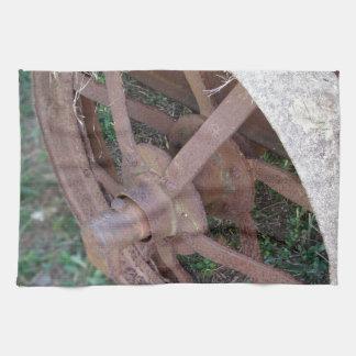Rueda oxidada del hierro del carro viejo toalla de cocina