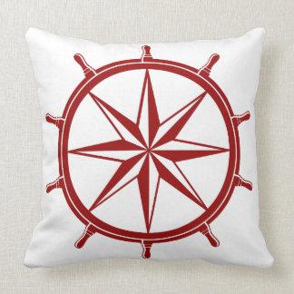 Rueda roja náutica de la nave en blanco cojines